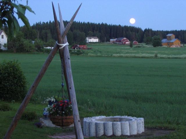 Karhusjärven kylä kesäyönä