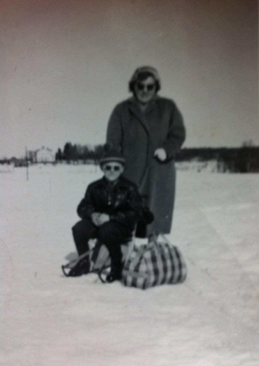 Taustalla näkyvän Alapappilan piha-alueen puusto on hieman kasvanut... Kuvassa Esko Finnin sisar Maija Kuortti poikansa Karin kanssa.