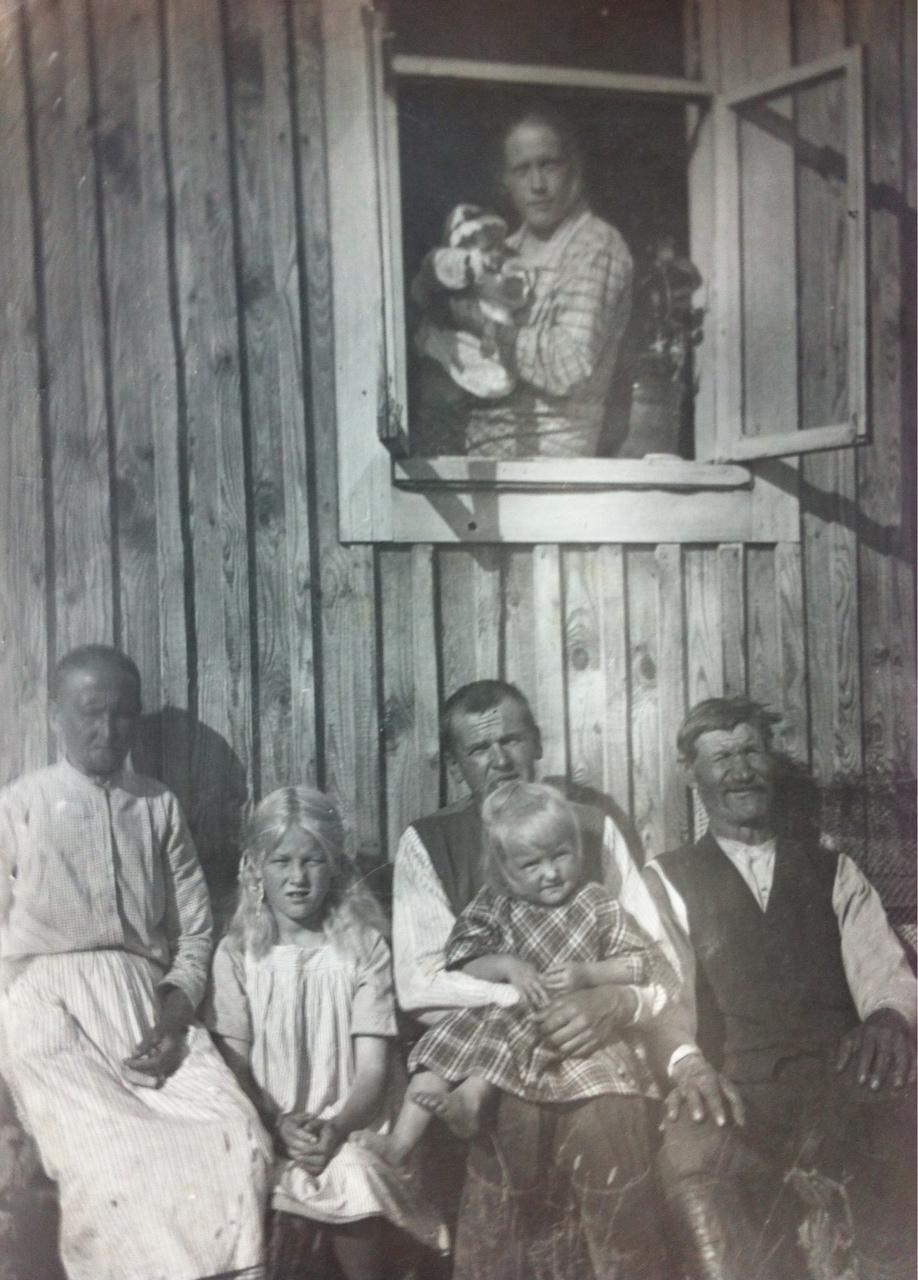 Kuvassa Finnien sukua kolmessa polvessa Paakkisen tilalta