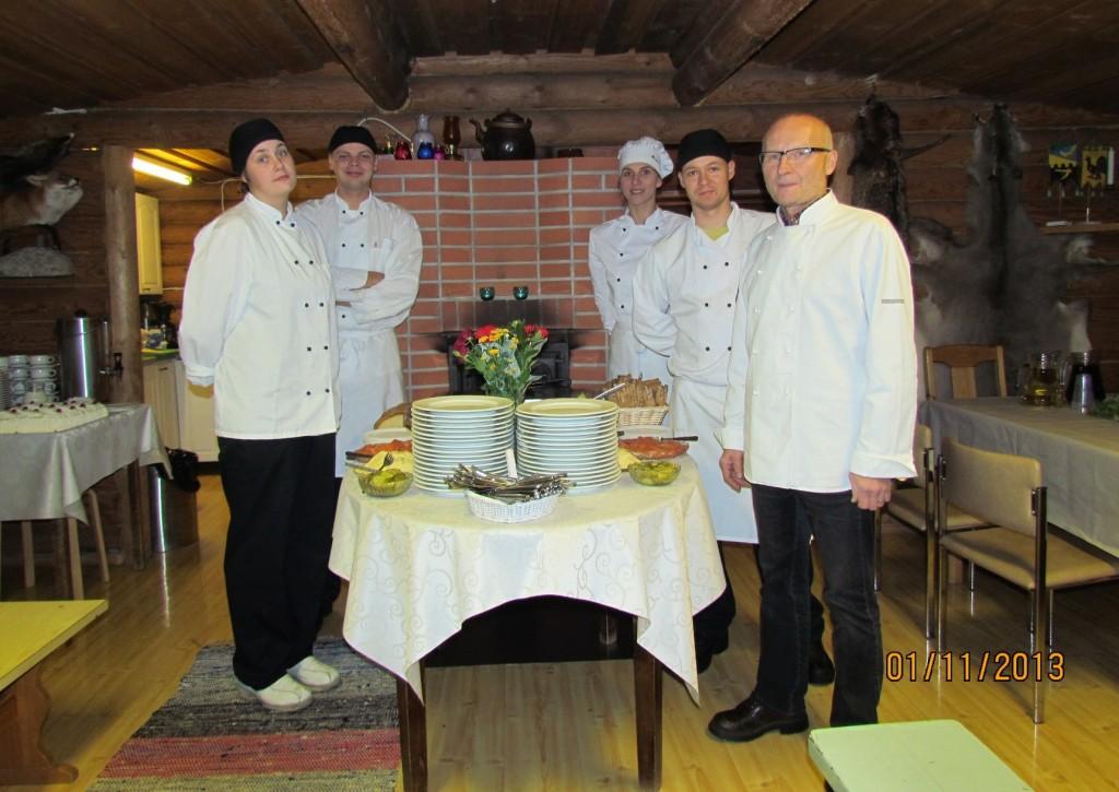 Timo Leso, kouluttaja, keittiömestari, NTM,  apujoukkoineen on valmiina palvelemaan juhlavieraita.