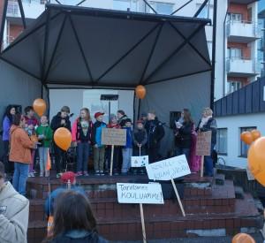 Lapset laulavat päättäjille koulun puoelsta