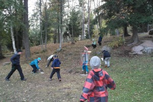 Lapset pääsivät viskomaan kiekkoja saman tien koreihin.