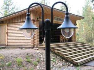 Katsomon molemmilla sivuilla on kahdella lampulla varustetut pylväsvalaisimet