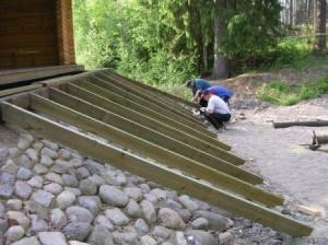 Näyttämön etureunaan rakennettiin portaat kestopuusta