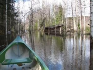 Tulva Alajoella keväällä 2008. Tuhkakankaan laavulle piti mennä meloen