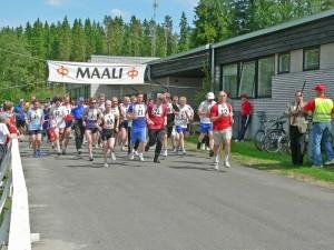 Urheilukeskuksessa järjestettiin 40 vuoden ajan Vainikkala-hölkkä. Kuva hölkän lähdöstä 11.6.2005. Kuva: Antero Pohjonen.