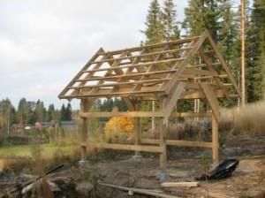 """Kyseessä on """"hiihtomaja"""" johon rakennetan ruokokatto"""