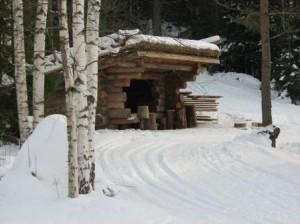 Hiihtomaan palveluihin kuuluu laavu jonka edessä voi talvisin polttaa nuotiotulta. Kesäisin tulen teko on kielletty