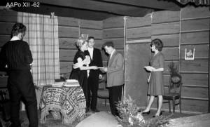 Näin pitkälle ei kylän historiasivut netissä taivu. Kuvassa nuorisoseuran näytelmäharrastusta vuonna 1962. Kuva Antero Pohjonen