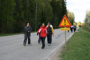 Muuta liikennettä varoitetaan Hulluista kävelijöistä liikennemerkin lisäkilvellä. Kuva Esa Rantanen