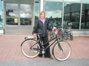 Elokuun Kyläpyöräilyn pääpalkinnon, Monark Victoria -polkupyörän voitti Ritva Kavala
