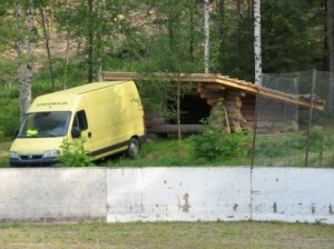 Östersundomista tuotiin täysi pakettiautokuorma raakanippuja