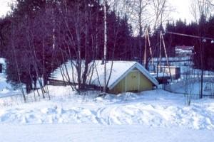 Ennen rakentamista ja suunnitelmia: Olipa kerran Vainikkalassa vanha puukoulu ja sillä maakellari. Koulu purettiin uuden koulun tieltä. Kellari jätettiin muistoksi vanhoilta ajoilta.