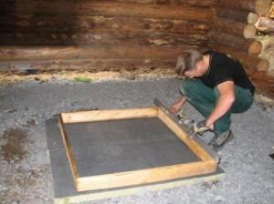 Grillin alle valettiin betonilaatta. Laatan alle sijoitettiin kovaa villaa. Pohja oli tasattu aikaisemmin murskeella. Mittamiehenä Kimmo Heiska