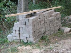 Lattia rakennettiin betonikivistä jotka oli saatu lahjoituksena Vainikkalan Tulli- ja passintarkastustilojen saneerauksesta