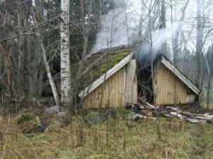Ennen rakentamista ja suunnitelmia: Vanhan kellarin puurakenteet paloivat tulipalossa 9.11.2003. Kuvassa kellarin vähiten tuhoutunut osa