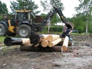Kiikun puiden maahan upotettaviin osiin siveltiin reilu kerros tervaa