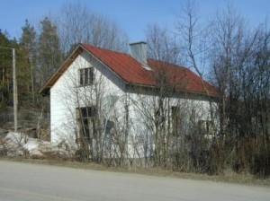 Kun puut ja pensaat olivat lehdettömiä, talo näytti tältä