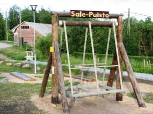 Puistoon kuuluu ehdottomasti valaistus. Valaisimen lahjoitti Lappeenrannan kaupunki. Valaisin kytkettiin kylän katuvalaistusverkkoon