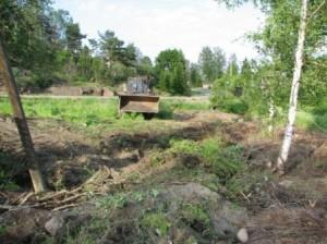 Maastoa tasattiin, kaivettiin ojia, poistettiin juurakoita ja aloitettiin polun rakentaminen